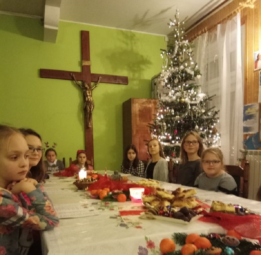 Spotkanie świąteczne dziewczynek ze scholi i ogniska misyjnego
